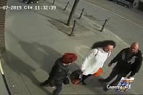 Snímky zlodějů, kteří měli krást peněženky v brněnských obchodech.