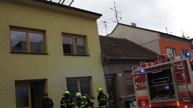 K požáru rodinného domu v brněnských Žabovřeskách vyjížděli hasiči ve čtvrtek v podvečer. Tři lidi, kteří se nadýchali kouře, odvezli záchranáři do nemocnice.