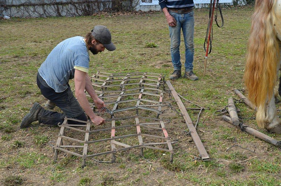 Otec a syn Sněhotovi srovnávali povrch po kácení topolů na ploše u břehu Svratky kousek od DRFG arény.