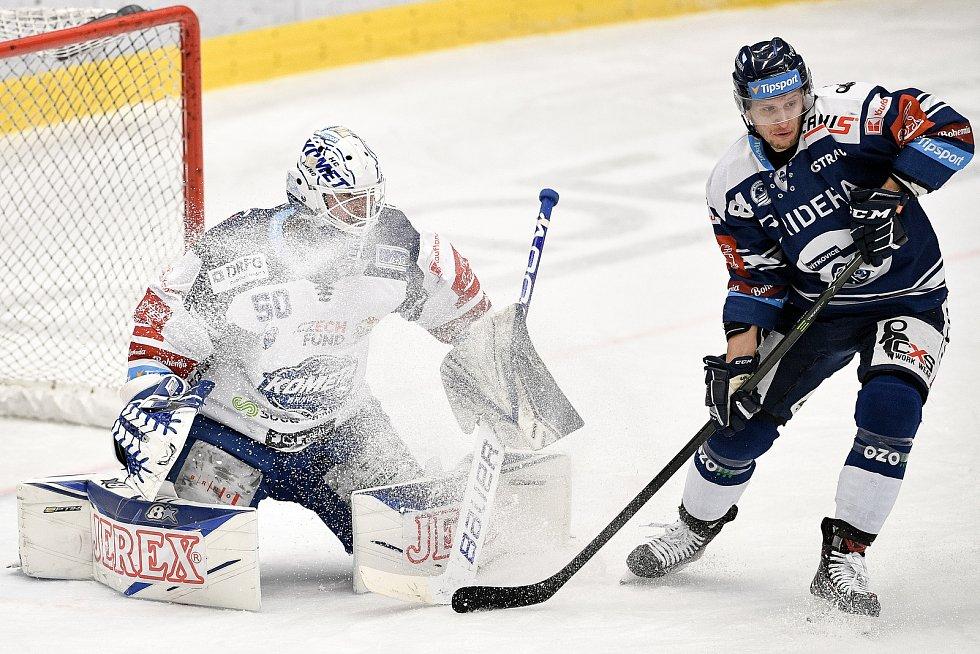 Utkání předkola play off hokejové extraligy - 5. zápas: HC Vítkovice Ridera - HC Kometa Brno, 16. března 2021 v Ostravě. (zleva) brankář Brna Karel Vejmelka a Jan Shleiss z Vítkovic.