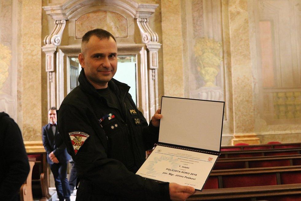 Pětačtyřicetiletý Jiří Pešek pracuje jako policista už šestadvacet let. za dlouhodobě skvělou práci s nováčky dostal ocenění Policista roku 2016.