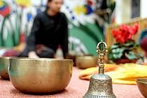 Harmonii, uklidnění a odpočinek. To vše mají podle muzikoterapeutky Evy Sádlíkové lidem přinášet tibetské mísy.