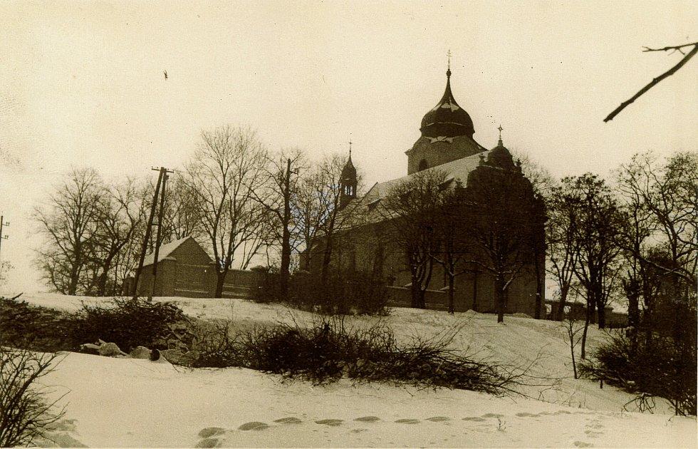 Trstěnický kostel Povýšení svatého Kříže v zimním hávu; zřejmě 60. léta 20. století; ze sbírky Jana Polického.