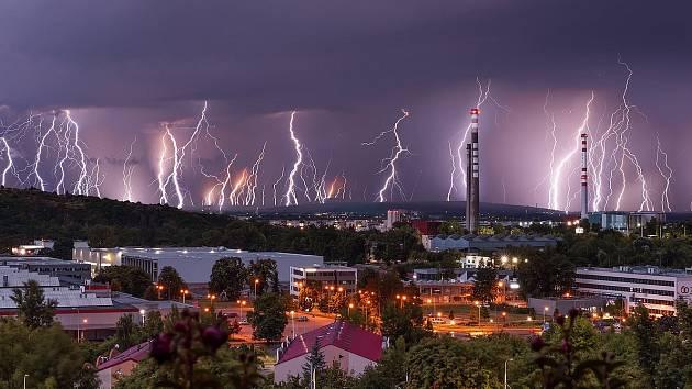 Stuhový blesk zachytil fotograf při bouřce nad Brnem.