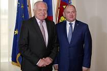 Bývalého prezidenta Václava Klause přivítal v Brně jihomoravský hejtman Michal Hašek.