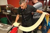 Postup přípravy domácích těstovin vysvětlili v úterý deseti zájemcům kuchaři v brněnském Borgo Shopu v Kopečné ulici.