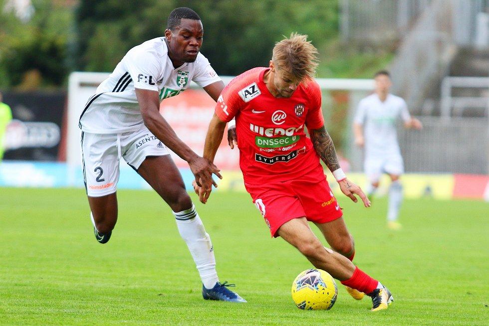 Fotbalisté Zbrojovky (v červeném) v zatím posledním utkání nejvyšší soutěže podlehli na domácím hřišti Karviné 0:2.