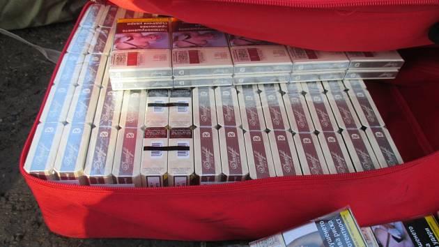 Celníci našli v dodávce desítky kartonů cigaret. Bulhara kvůli nim vyhostí