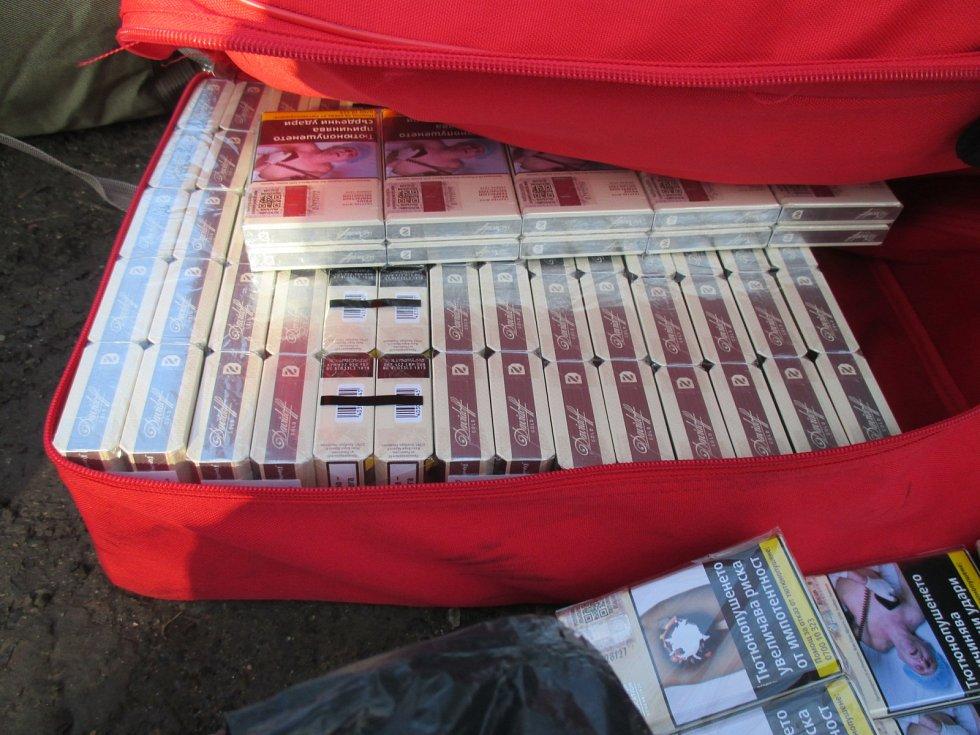 Šestnáct tisíc cigaret našli celníci v dodávce bulharského řidiče.