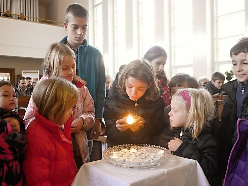V boskovickém evangelickém kostele se uskutečnila krátká pietní vzpomínka při nedělní bohoslužbě. Děti při té příležitosti za oběti zapálily svíčky.