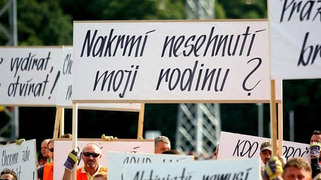 Asi pětasedmdesát zaměstnanců firmy Bauhaus protestovalo proti pomalému rozhodování soudu.