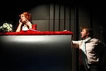 Buranteatr si opět pohrává s klasikou, tentokrát formou spojující iluzivní romantické drama s prostředím přednáškové auly, kde se diskutuje o prostituci, literatuře i lidské důstojnosti. Na snímku jsou Kamila Zetelová a Michal Isteník.