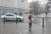 U kostela svatého Tomáše na Moravském náměstí v Brně a v blízkosti vytíženého dopravního uzlu Česká zatím chodci volně přecházejí bez omezení. To se ale může změnit. Má tam vzniknout přechod, po kterém by poté museli chodit, jinak by jim hrozila pokuta.