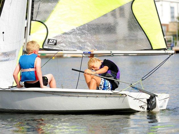 Svézt se na plachetnicích nebo na velké kýlové lodi, naučit se jachtařské uzly a zahrát si hry. To čekalo účastníky letního příměstského tábora nazvaného Jachting s větrem o závod.