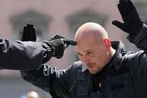Prohlédnout si policejní vybavení, bývalá i současná auta strážců zákona nebo se podívat, jak muži a ženy v uniformách chytají pachatele. To vše bylo v pondělí k vidění na brněnském náměstí Svobody. Policisté z Brna tam oslavovali Den policie.