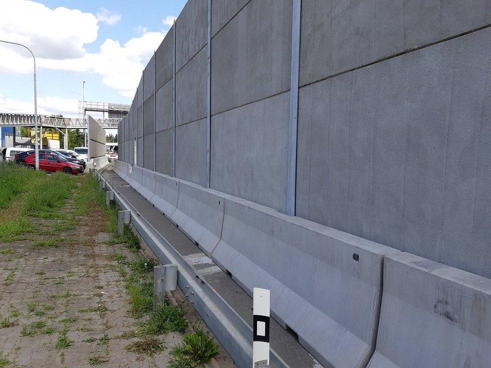 Nová protihluková stěna.
