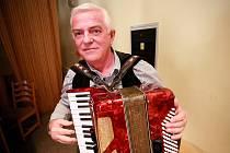 Na podiu v Čebíně vystoupily tři desítky harmonikářů.