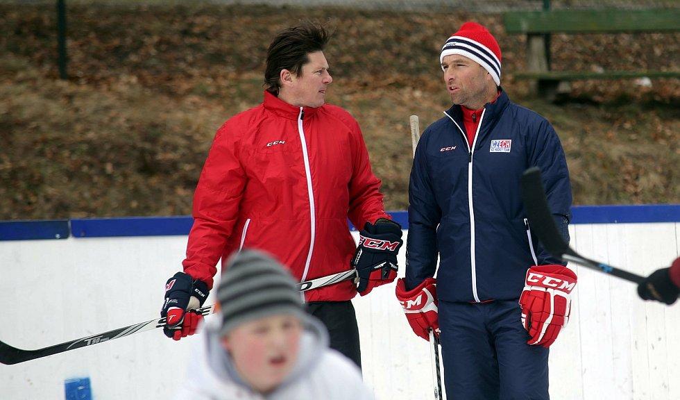 Milan Hnilička (vpravo) na tréninku dětí z Jesenicka s další hokejovou legendou Martinem Procházkou.