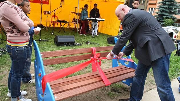 Klienti organizace IQ Roma servis vyrobili nové lavičky v brněnské Leitnerově ulici.