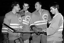 Někdejší hokejový útočník brněnské Komety Karel Skopal (úplně vpravo) pochytal zkušenosti i od Vlastimila Bubníka (druhý zprava).