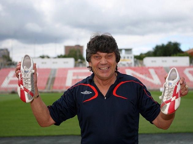 Nachystat vše tak, aby se hráči mohli soustředit jen na fotbal. To je práce pro kustoda Lubomíra Maršálka. Šatně brněnských fotbalistů vládne už dvaadvacet let.