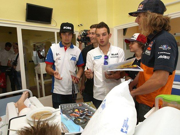 Motocykloví závodíci navštívili děti v nemocnici.