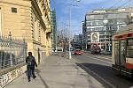 Stav po zrušení parkovacích míst na chodníku na Moravském náměstí v centru Brna.