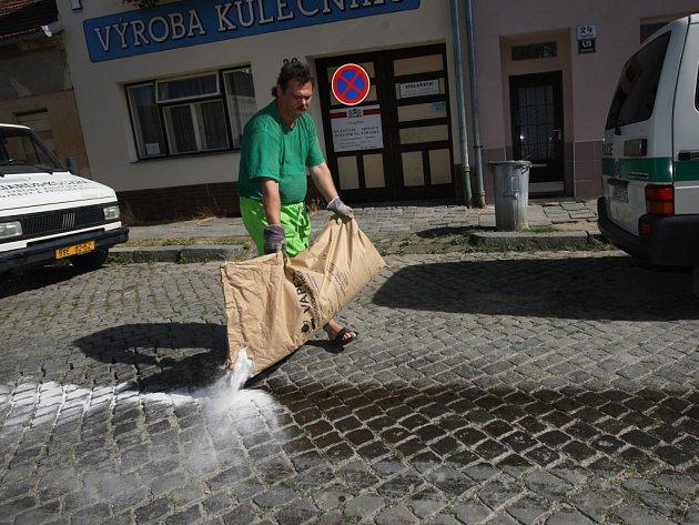 Olejová skvrna v Elgartově ulici v brněnských Husovicích.