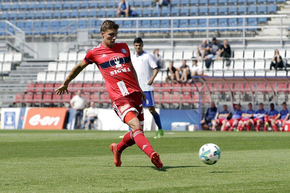 Olomoučtí fotbalisté (v červeném) porazili v přípravě druholigový Šamorín 3:0Jiří Texl