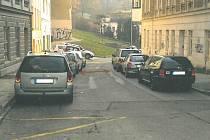 Popeláři nafotili některé případy brněnských ulic, kde mají problémy s průjezdem kvůli nedostatečné šířce mezi zaparkovanými auty: Kopečná.