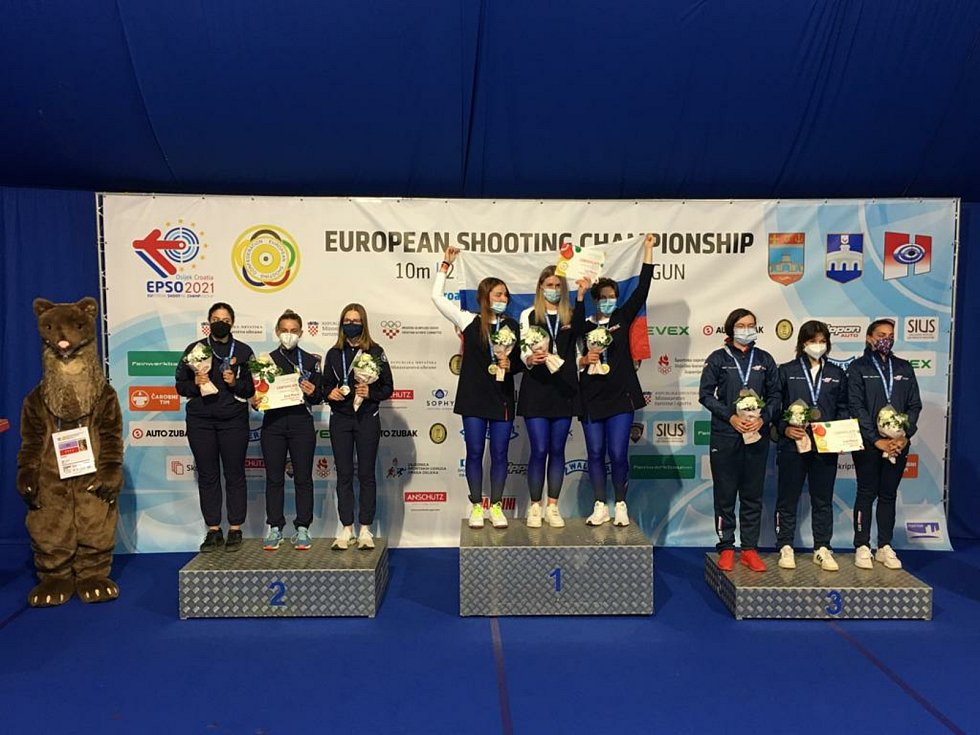 Trojice Zina Hrdličková, Tereza Závišková a Lea Kučerová získala na evropském šampionátu bronz v týmové soutěži juniorek v trapu.