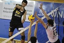 Brněnští volejbalisté (v černém) v úvodním duelu druhého kola Vyzývacího poháru podlehli bulharskému Gabrovu 1:3 na sety.
