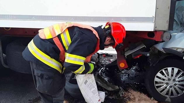 Na dálnici D1 nedobrdila dodávka za kamionem a narazila do něj.