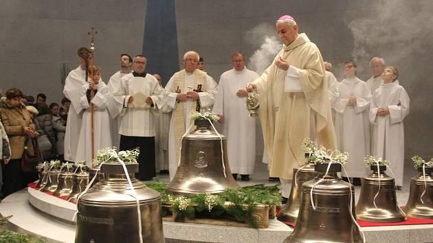 Brněnský biskup Vojtěch Cikrle požehnal šestnáct nových zvonů pro dokončovaný moderní kostel na brněnském sídlišti Lesná.