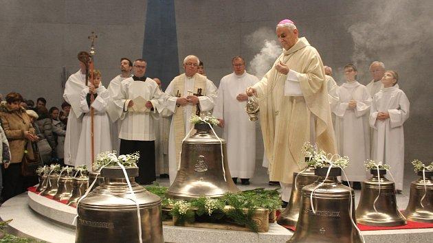 Biskup požehnal zvony nového kostela. Na Lesné budou vyzvánět náboženské melodie