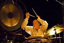 """Improvizující bubeník Günter """"Baby"""" Sommer."""