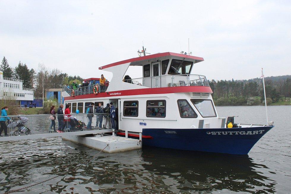 Takto na Brněnské přehradě slavnostně zahájili sezonu v roce 2019. Přímo před zraky stovek lidí technici spustili na vodu loď Stuttgart.