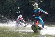 Jezdci Moto GP si na Brněnské přehradě vyzkoušeli jízdu na JetSurfu - Karel Abraham.