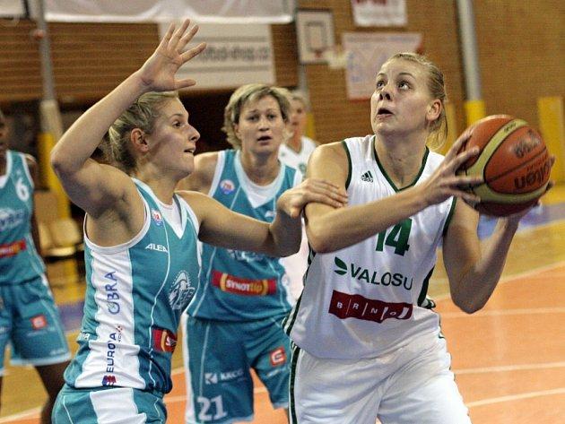 Basketbalistka Pavla Švrdlíková (vpravo)