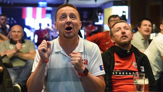Fotbalové šílenství: Fanoušci Zbrojovky fandili v hospodách s komentářem legend