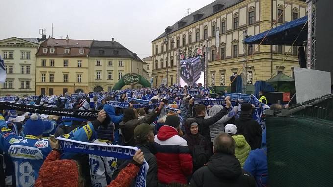 Fanoušci zpívají hymnu Komety na brněnském Zelném trhu.