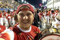 Bubeník a dramaturg Brasil Festu Jakub Škrha na fotce přímo z karnevalového průvodu v Rio de Janeiru, kde vystupoval.