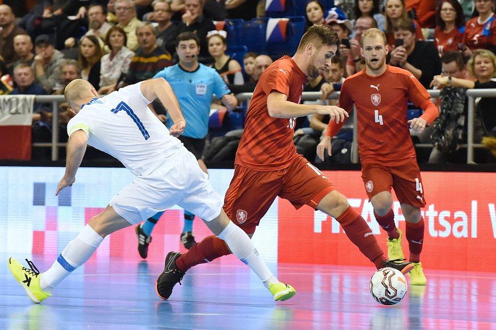 Brno 2.2.2020 - kvalifikační turnaj na futsalové MS 2020 - ČR Tomáš Vnuk (červená) Slovinsko Igor Osredkar (bílá)