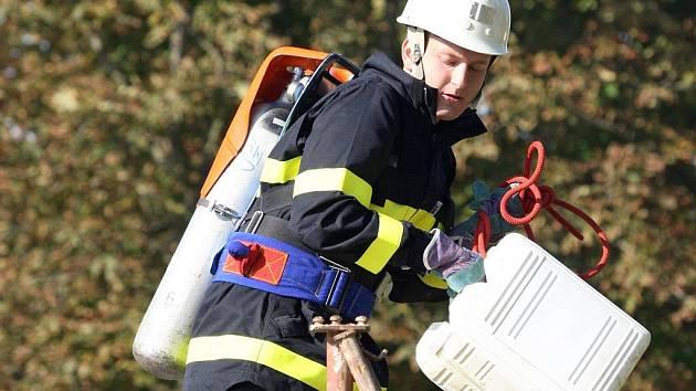 Stočtyřicetimetrová trať, osm disciplín a dvacet soutěžících hasičů. Tak vypadal sobotní první ročník soutěže Říčanská plíce, kterou uspořádali tamní dobrovolní hasiči.