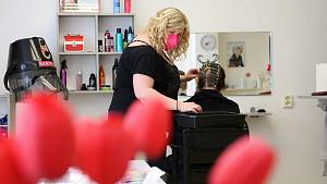 Lucie Lhotská přivítala ve svém kadeřnictví po půl roce zákaznice.