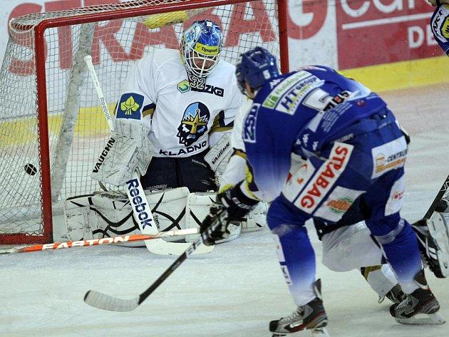 Tomáš Žižka střílí vítěznou branku v duelu Komety s Kladnem.