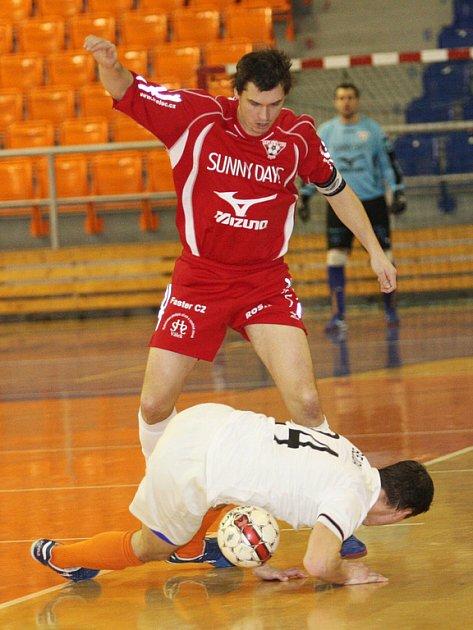 Brněnský tahoun Martin Maša (v červeném) chce protáhnout Helas do semifinále play off.