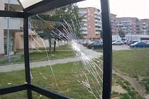 Při čekání na autobus cizinec udeřil v neděli do výplně zastávky, jejíž sklo okamžitě prasklo.