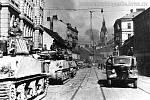 Kolona tanků Sherman na Křenové ulici.