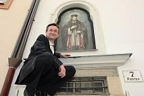 Instalování obrazu svatého Jana Nepomuckého.
